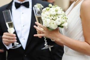 ženich a nevesta s pohárom  na prípitok v ruke